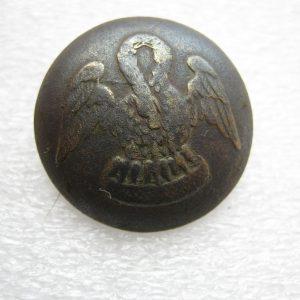Bouton antique à vendre. Image de pélican nourrissant les poussins.